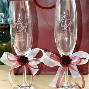 Glāzes ar dekoriem kāzām